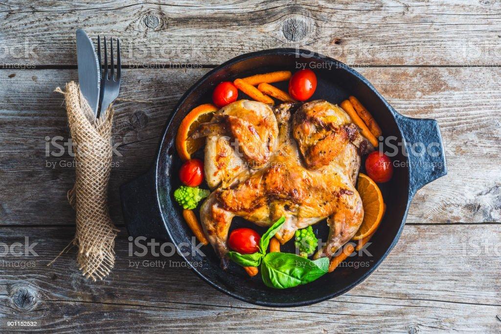 poulet frit dans une poêle - Photo