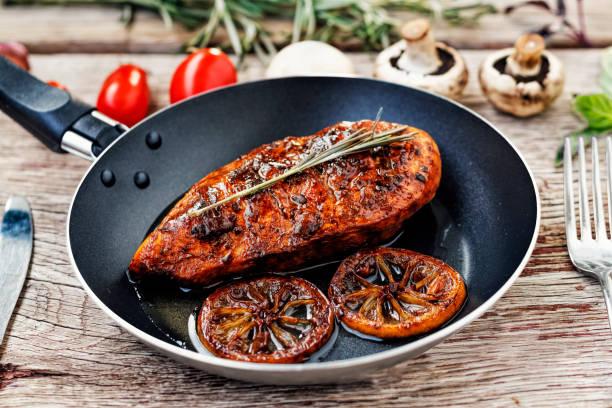 kyckling, grill, mat, kött, middag, biff, läckra, lunch, trä, matlagning, stekt, friska, rustik, bröst, - frying pan bildbanksfoton och bilder