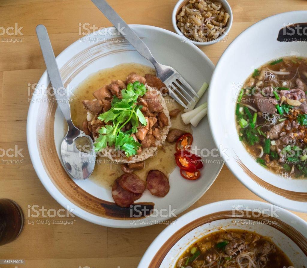 Kyckling i sås på ris och nötkött nudelsoppa royaltyfri bildbanksbilder
