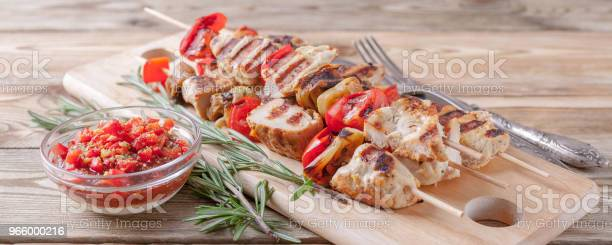 Chicken Kebab With Grilled Vegetables And Spicy Tomato Sauce On A Cutting Board On A Wooden Table Close Up Banner - Fotografias de stock e mais imagens de Almoço
