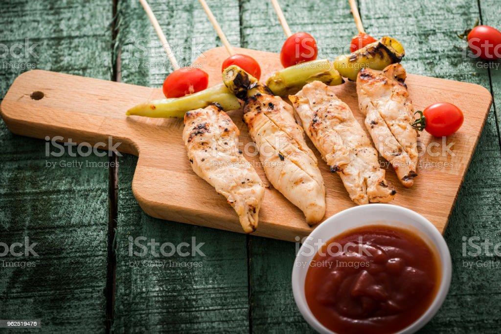 Kebab de frango com legumes na madeira - Foto de stock de 2015 royalty-free