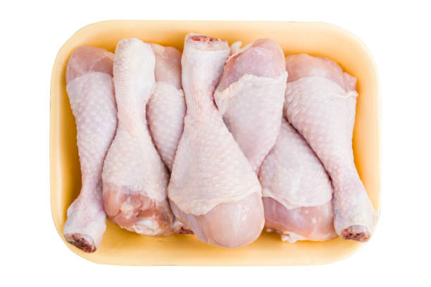 kip drumsticks van het been in pakket box geïsoleerd op witte achtergrond - chicken bird in box stockfoto's en -beelden