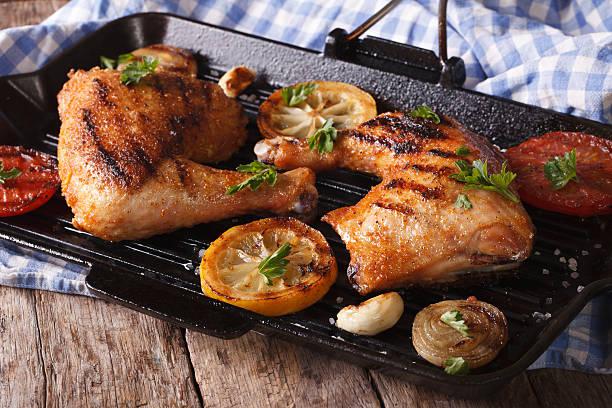 gegrilltes hühnerfleisch beine auf einem grill pan close-up, horizontal - marinade für grillfleisch stock-fotos und bilder