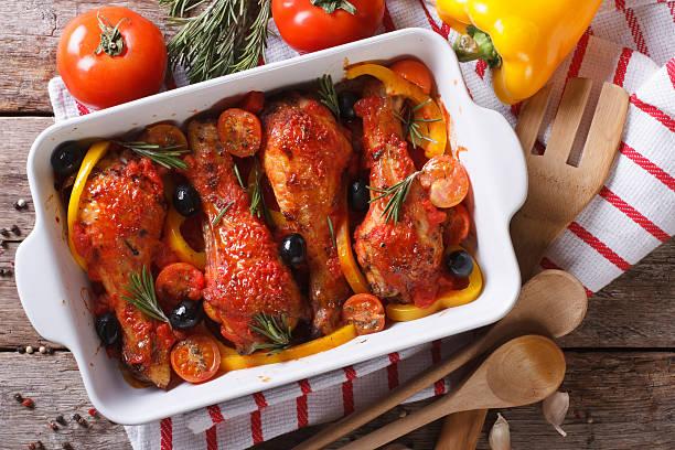 hühnerfleisch beine in tomatensauce mit oliven, horizontale ansicht von oben - paprika hähnchen stock-fotos und bilder