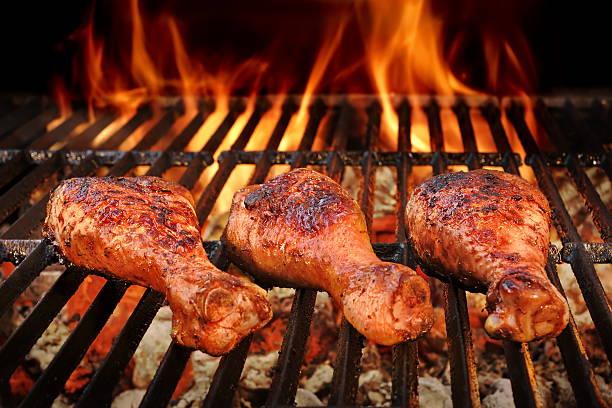 barbecue huhn beine an heißen holzkohle-grill gebratene - gewürz für gegrilltes hähnchen stock-fotos und bilder