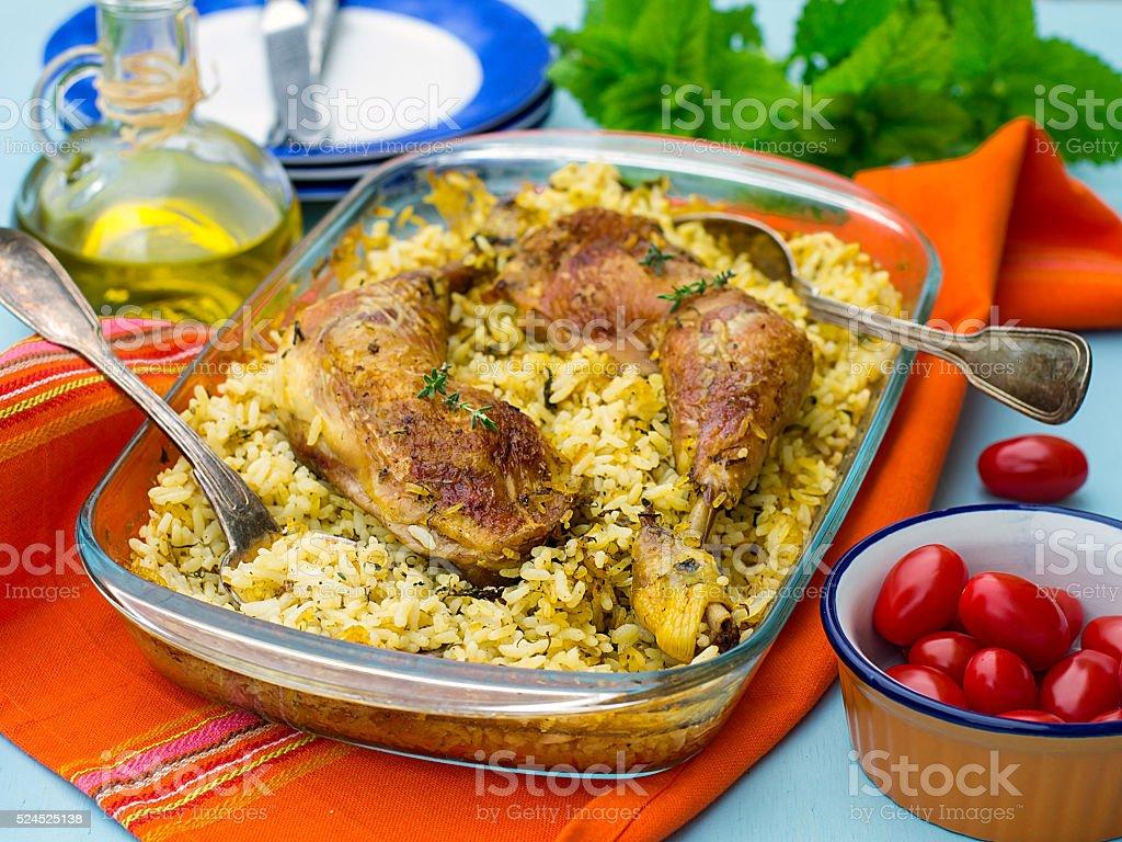 As coxas de frango com arroz com açafrão e especiarias - foto de acervo