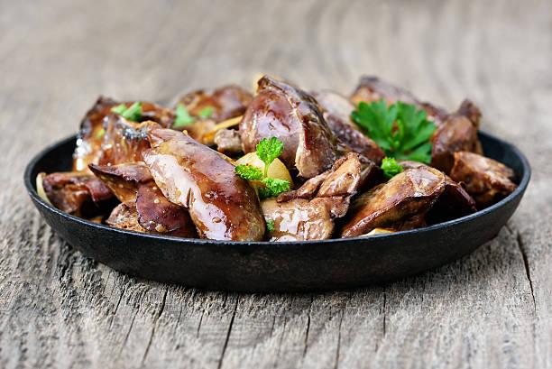 hühnerleber im frying pan - innereien stock-fotos und bilder
