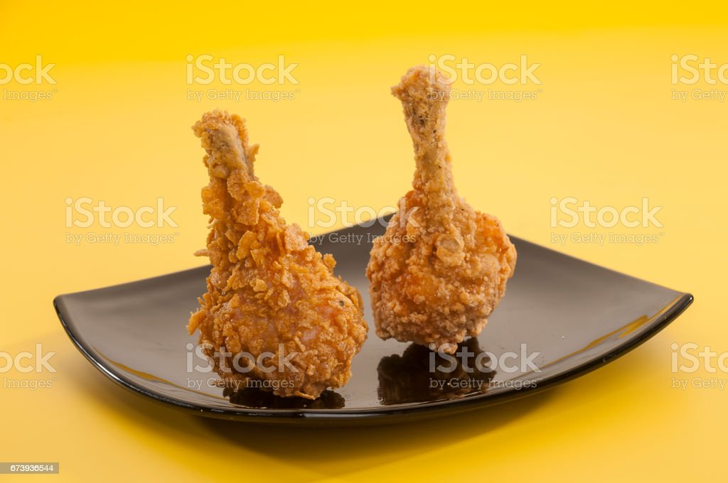 Chicken lollypop on black plate foto de stock royalty-free