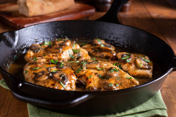 chicken marsala - pilzpfanne stock-fotos und bilder