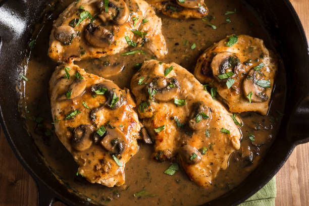 pollo marsala - comida casera fotografías e imágenes de stock