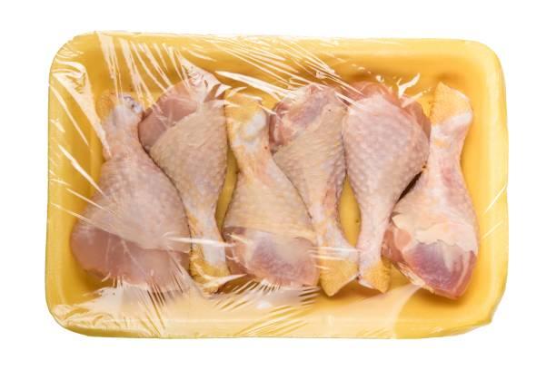 kip vlees pakket op witte achtergrond - chicken bird in box stockfoto's en -beelden