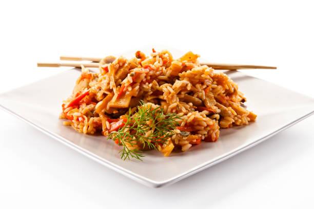Hühnerfleisch mit Reis und Gemüse auf weißem Hintergrund – Foto