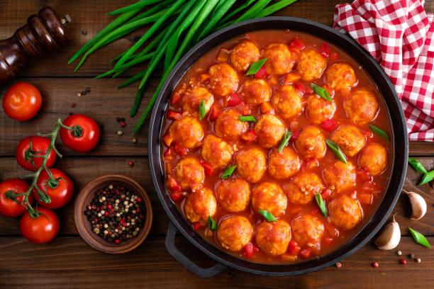 Huhn Hackfleischbällchen in würziger Tomatensauce mit Gemüse in der Pfanne. Mexikanische Küche