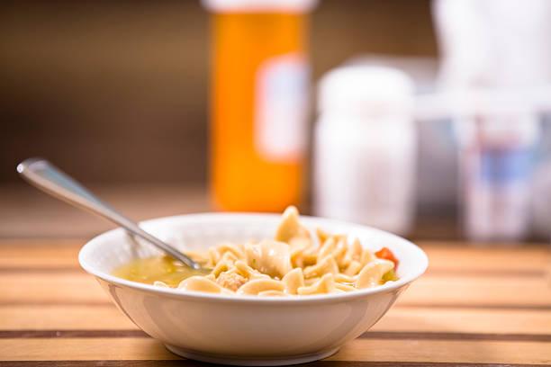 hühnernudelsuppe in bowl. medikamente, thermometer. krank speisen. - rezepte mit hühnerfleisch stock-fotos und bilder