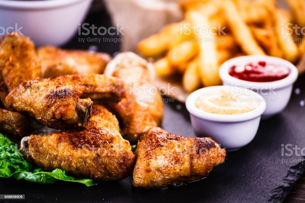 Chicken Nuggets und Pommes frites – Foto