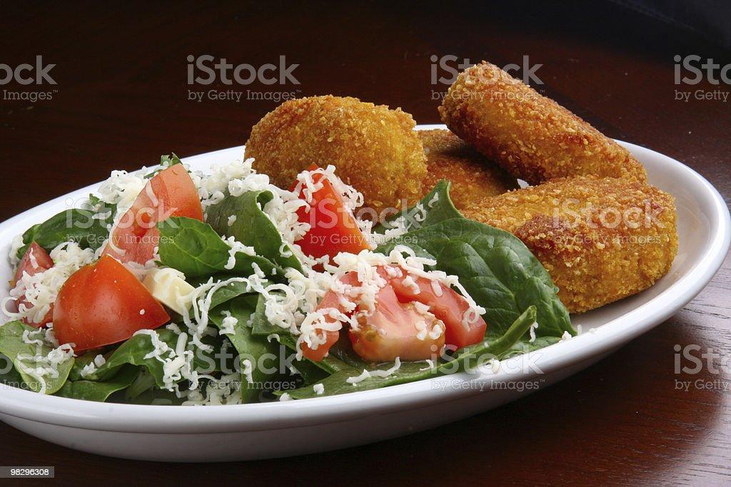 치킨 덴버 너겟츠 및 샐러드 royalty-free 스톡 사진