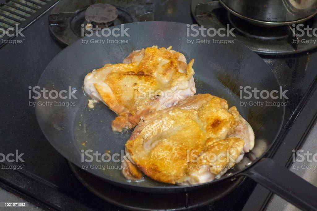 フライパンで鶏します。 ストックフォト
