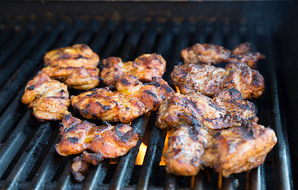 poulet barbecue sur le grill - cuisse photos et images de collection