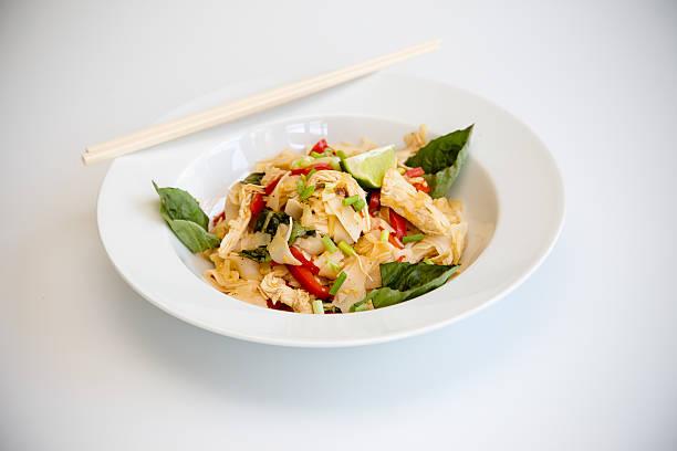 hühnchen-pad kee mao mit paprika und thailändischem basilikum - ocimum tenuiflorum stock-fotos und bilder