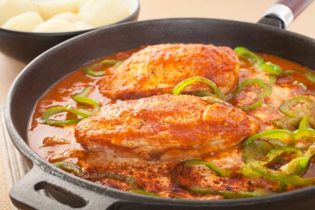 hühnchen paprika - paprika hähnchen stock-fotos und bilder