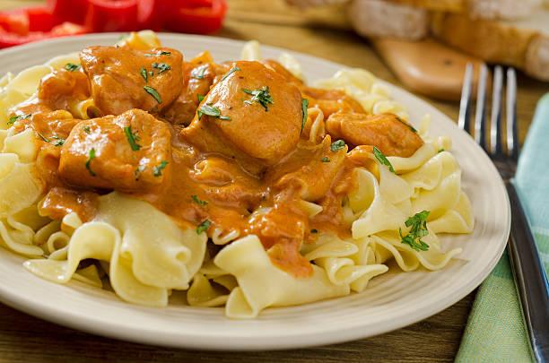 chicken paprikash - paprika hähnchen stock-fotos und bilder