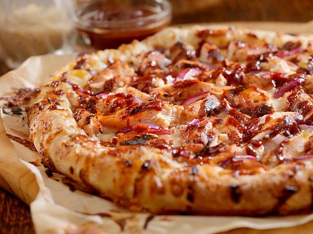barbecue chicken pizza - fladenbrotpizza stock-fotos und bilder