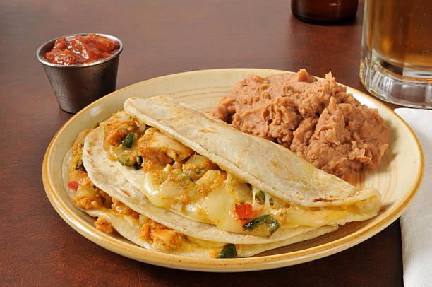hähnchen-quesadillas - pimento käse dips stock-fotos und bilder