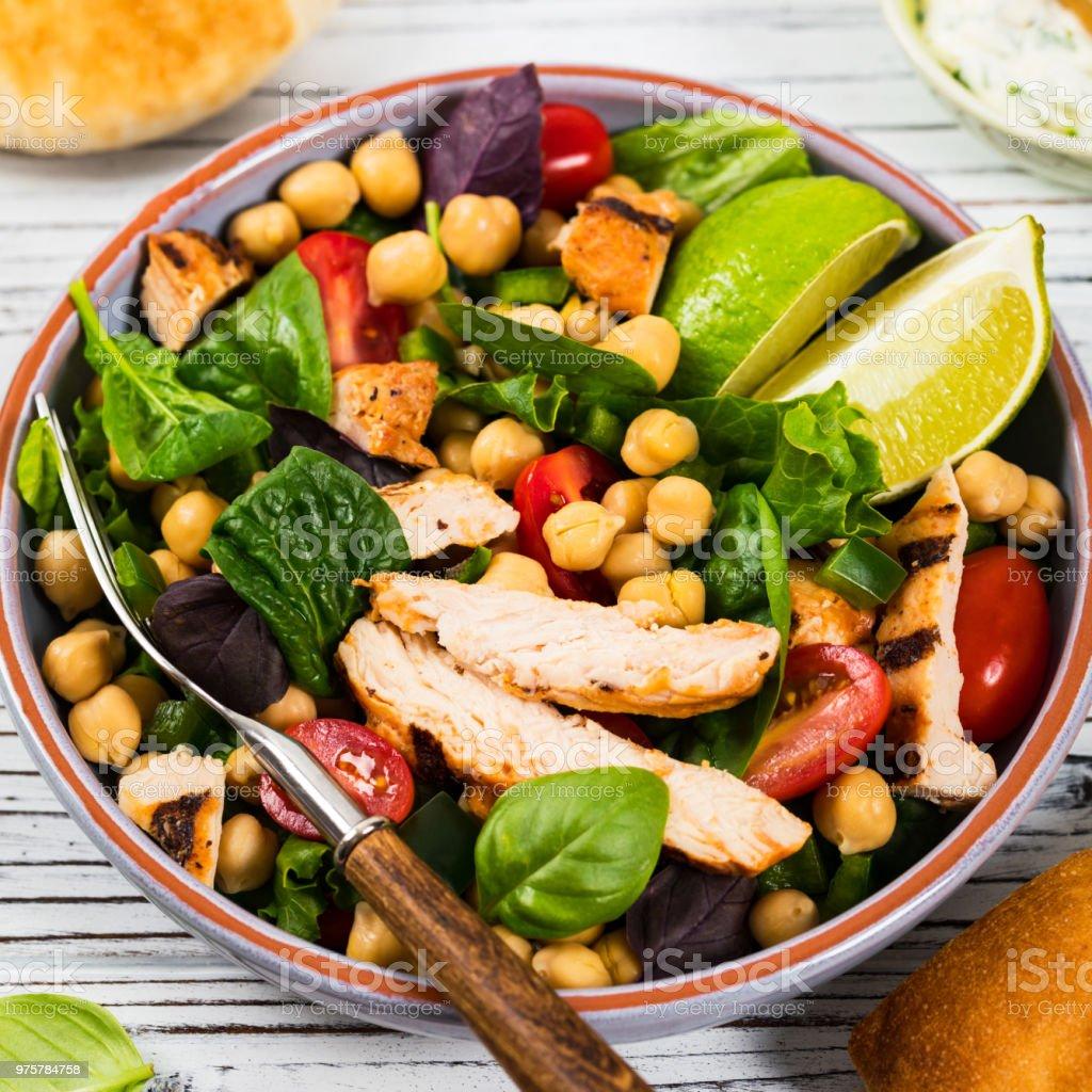 Hähnchen-Salat mit Kichererbsen - Lizenzfrei Abnehmen Stock-Foto