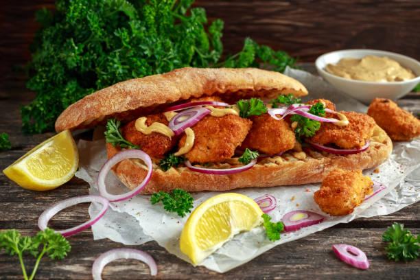 hähnchen-sandwich mit senfsauce und rote zwiebel zerknittertes papier - schnelle suppen stock-fotos und bilder