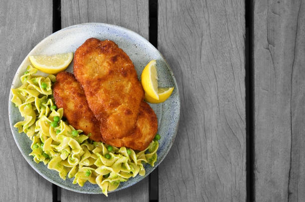 chicken schnitzel with egg noodles - escalope imagens e fotografias de stock