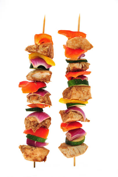 hühnchen-shish kebobs auf weißem hintergrund - kebab marinade stock-fotos und bilder