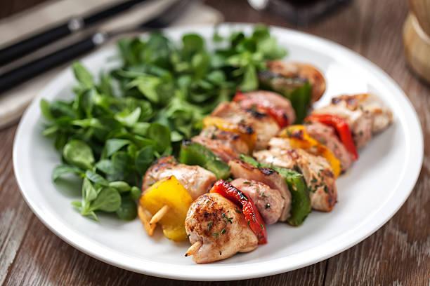 Hühnchen-Spieß mit Salat – Foto
