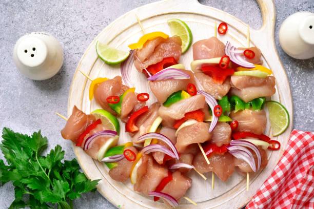 hähnchen-spieße (kebab) von fleisch filet und gemüse (paprika, roten zwiebeln und kalk) zum marinieren - kebab marinade stock-fotos und bilder