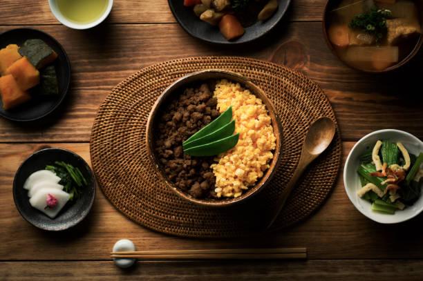 鶏そぼろとスクランブルエッグと米料理のボウルで tepary 豆。 ストックフォト