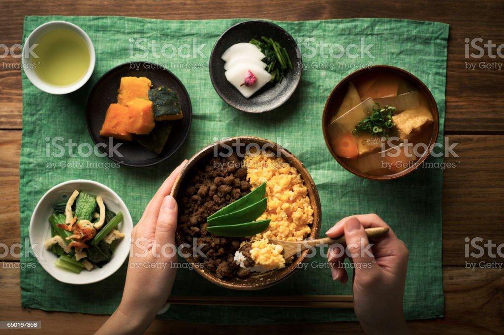 鶏そぼろとスクランブルエッグと米料理のボウルで tepary 豆。 - ご飯茶碗のロイヤリティフリーストックフォト
