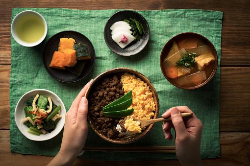 鶏そぼろとスクランブルエッグと米料理のボウルで Tepary 豆 - ご飯茶碗のストックフォトや画像を多数ご用意
