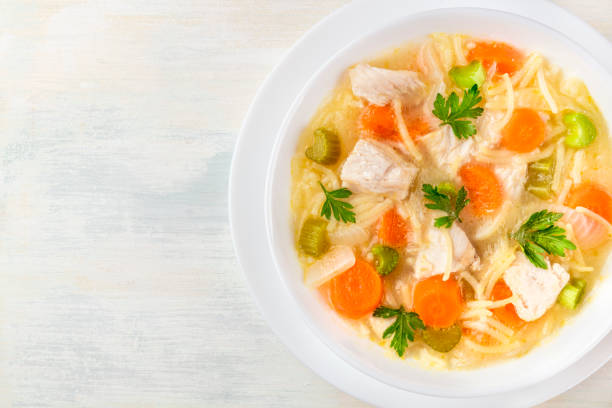hühnersuppe mit nudeln, obenliegende foto mit exemplar - gesunde huhn pasta stock-fotos und bilder