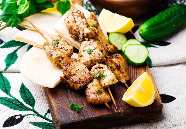 chicken souvlaki with pita and tzatziki - kebab marinade stock-fotos und bilder