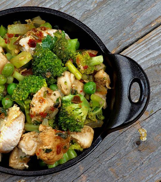 hühnchen-eintopf - huhn brokkoli auflauf stock-fotos und bilder