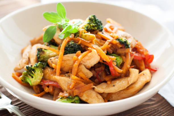 huhn rühren braten mit süßkartoffel-nudeln - huhn brokkoli auflauf stock-fotos und bilder