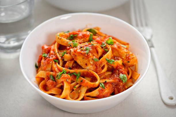 huhn-tagliatelle in tomatensauce - gesunde huhn pasta stock-fotos und bilder