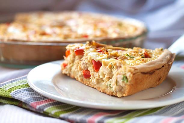 torta de frango com páprica e queijo de cabra - torta salgada - fotografias e filmes do acervo