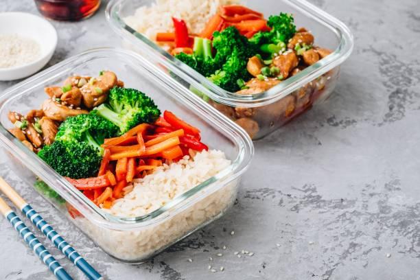 recipientes da caixa de almoço da preparação da refeição do teriyaki da galinha com brócolis, arroz e cenouras - recipiente - fotografias e filmes do acervo