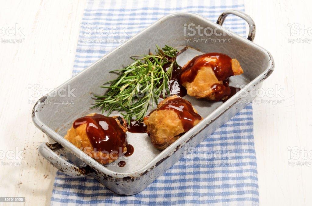 Coxa de frango com molho de churrasco em assadeira rústico - foto de acervo