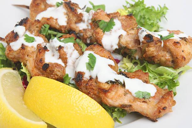 chicken tikka-kebabs - kebab marinade stock-fotos und bilder