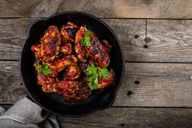 Chicken wings in cast iron skillet - foto de acervo