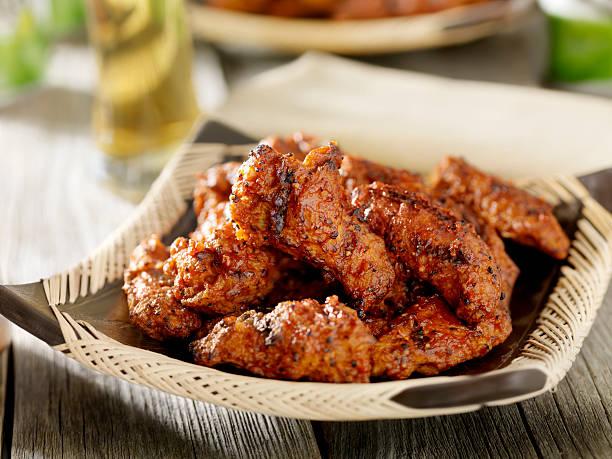 barbecue chicken wings und bier - gewürz für gegrilltes hähnchen stock-fotos und bilder