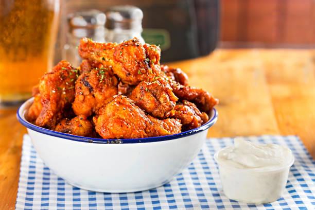 chicken wings with blue cheese dip - estaladiço imagens e fotografias de stock