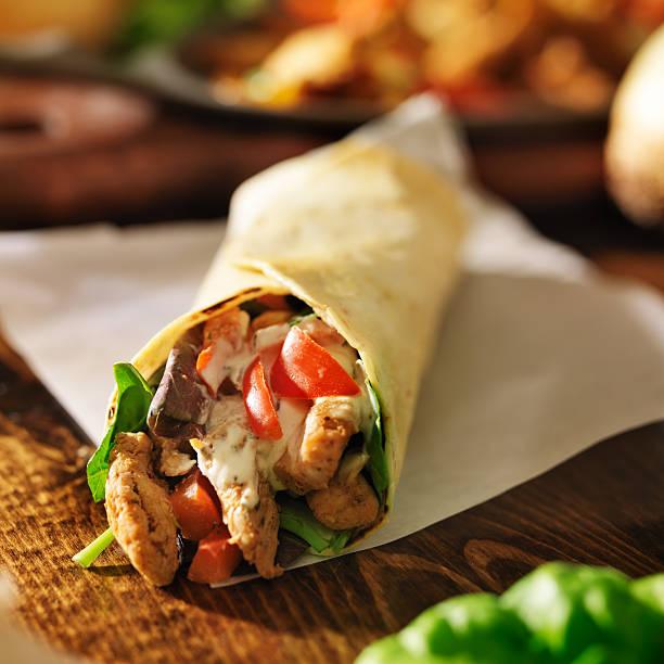 tortilla mit hühnchen mit roten paprikaschoten - paprika hähnchen stock-fotos und bilder