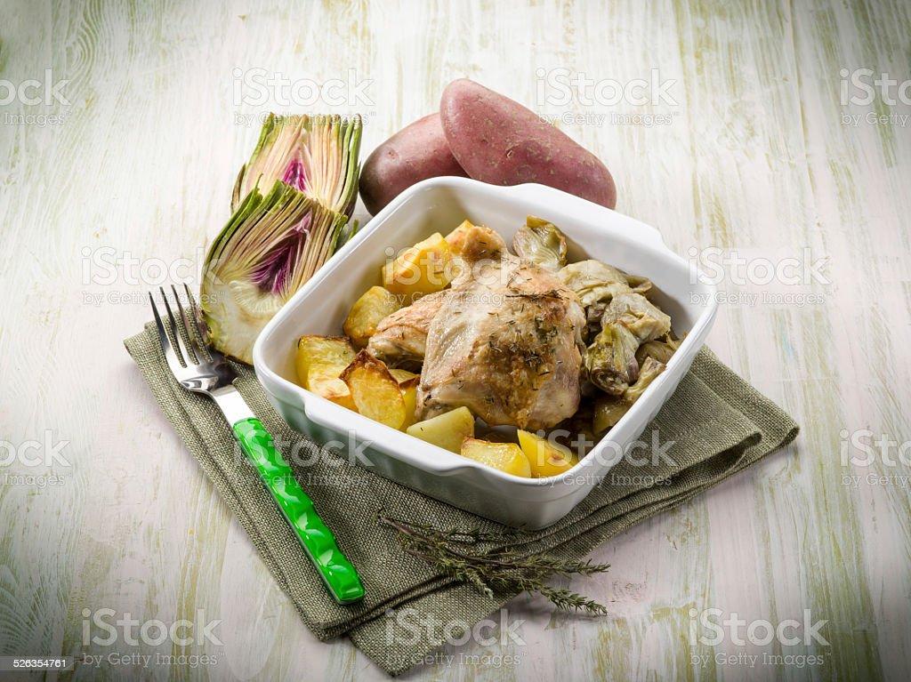 Huhn mit Kartoffeln und Artischocken – Foto
